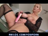 Bigtit mature stuffs her pussy