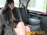[HD] O curva bruneta primeste o plimbare gratis cu taxiul pentru un futai anal