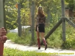 Squirting Voyeur Public vid: beautie teen peeing in public