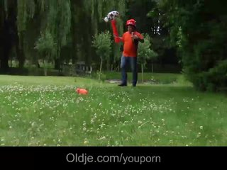 Lucky old dude fucks nympho teenie in the park